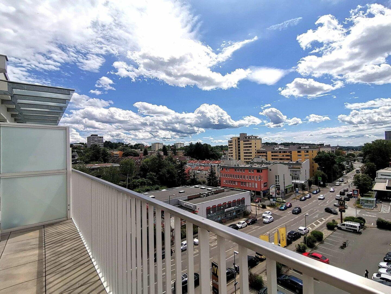 Genießen Sie mit einerErfrischung den Ausblick in Ihrer Dachterrassenwohnung über ganz Graz!